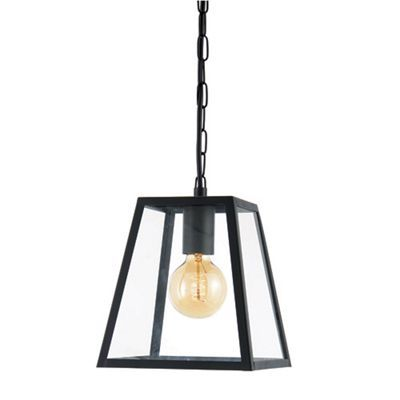 This ceiling light will lend an industrial-inspired feel to your outdoor spaces. Suspended from a chain, it exudes a warm and welcoming ambience with a classic lantern style.