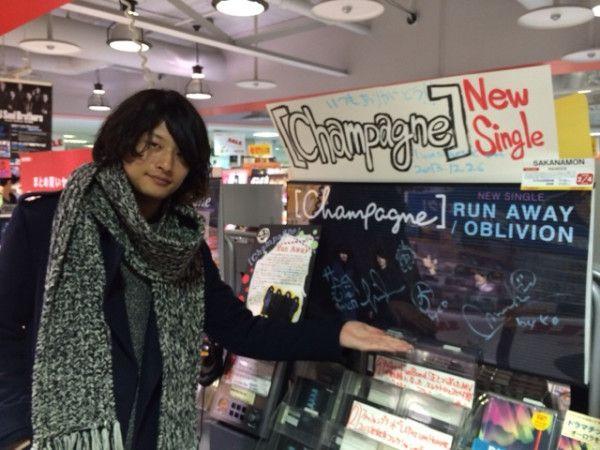 """[Champagne]2013/12/26【12/25ニューシングル発売日】 ZIP-FM""""FIND OUT""""前にタワーレコード近鉄パッセ店様にお邪魔しましました。 いつもありがとうございます!"""