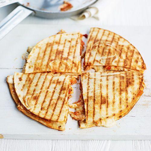 Leg 3 el gesneden tomaat, ½ blikje tonijn, 2 gesneden lente-uitjes en 1 bol mozzarella, in plakjes op 1 tortilla. Leg er een tweede op. Bak de quesadilla goudbruin in een droge koekenpan; reken 3 minuten per kant.