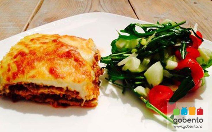 Lasagne met frisse salade en koolhydraat arm. Onderdeel van de koolhydraat arme weekmenu's op gobento.nl.