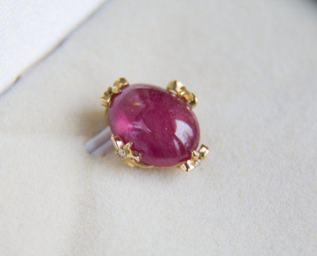 6.46 ct ruby 14 kt gouden hanger met diamant 0016 ct-grootte: 13.85 x 11.86 mm... Geen reserve.   Gouden hanger met natuurlijke Robijn en diamantTotaal gewicht: 1.95 g.Gouden gewicht:. Goud - gele kleur hallmarked 585 (14k goud)Grootte: 13.85 x 11.86 mm.Centrale steen: RubyCut: Ovale cabochonGewicht: 6.46 ct.Afmeting: 12 x 9.19 x 5.65 mm.Kleur: roodDuidelijkheid: doorschijnendBehandeling: Edelstenen worden vaak behandeld om kleur en helderheid te verhogen. Dit is niet onderzocht voor dit…