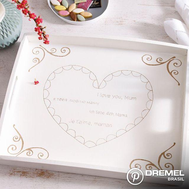 A tradição de café da manhã na cama no Dia das Mães não fica velha. Mas você pode tornar esse presente ainda mais especial entregando esse presente em uma bandeja customizada! Veja como em simples passos.
