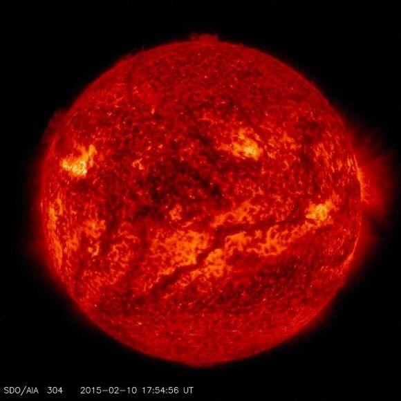 Mehr als 700.000 Kilometern und damit länger als der Radius der Sonne ist der gewaltige Strom aus heißem, extrem dichtem Gas, der vor zwei  Tagen auf dem Monitor des Solar Dynamics Laboratory der Nasa aufgetaucht war. Der Matriestrom wird vom starken Magnetfeld der Sonne  für Stunden, Tage und manchmal für Monate in Form gehalten. Solche riesigen Protuberanzen ragen oft Tausende, gelegentlich auch Millionen Kilometer als riesigen Bogenstrukturen in die Höhe. Auf dem aktuellen Sonnenbild des…