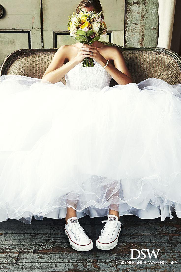 二次会や前撮りウェディングフォトに*『ミニ丈ウェディングドレス×スニーカー』コーデがかわいい♡にて紹介している画像