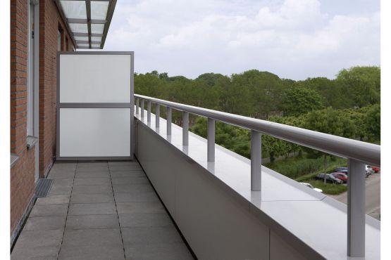 Roval Aluminium leverde en monteerde voor de woningen van het vernieuwde woonzorgcentrum in IJsselstein de aluminium Privacyschermen, Roval-Balustersysteem en Muurafdekkappen