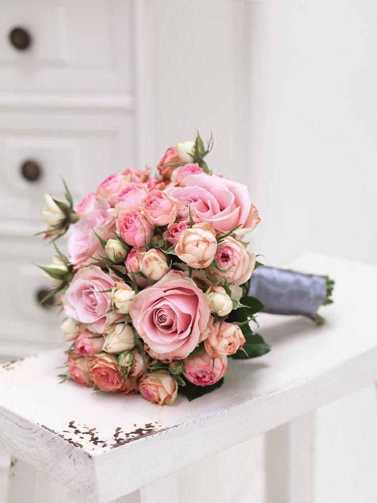 Romantischer Brautstrauß aus rosafarbenen Rosen mit grauem Stiel-Band ...