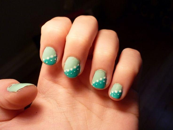 nail art simple et joli en vert menthe et vert sarcelle à pois