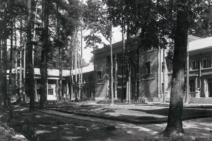 Лесная школа в Пуще-Водице, построенная в 1935 году по проекту архитектора Холостенко. Ныне здесь находится военный санаторий (ул. Квитки Цисык, 60)