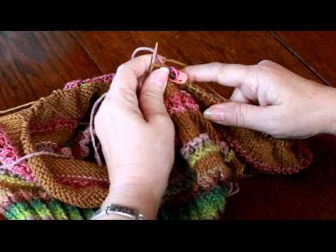 How to carry yarn up while knitting in the round - video tutorial. Color change with circular needles.