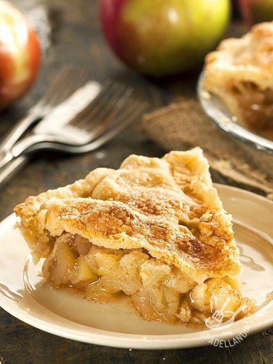 Apple Pie - Ma quanto è buona la Apple Pie, la fragrante torta di mele di origine americana! Da gustare calda o tiepida, ricoperta da un velo di cannella...
