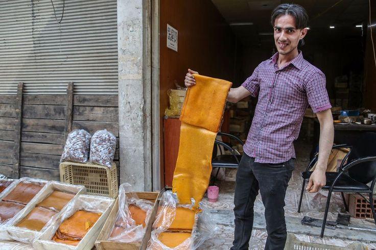 4 Tahun Diboikot Beginilah Suasana Kehidupan di Ghoutah Timur Jelang Ramadhan  KIBLAT.NET Damaskus  Ghaota Timur yang terletak di utara Damaskus telah dikepung oleh rezim Suriah sejak tahun 2013 silam. Menurut laporan Siege Watch yang berbasis di Belanda diperkirakan 400.000 orang terjebak di kota itu.  Penduduk setempat hidup dalam kondisi sulit. Terkadang tanpa listrik fasilitas publik bahkan air bersih. Ditambah lagi pembaikotan oleh rezim membuat mereka tidak bisa leluasa keluar-masuk…