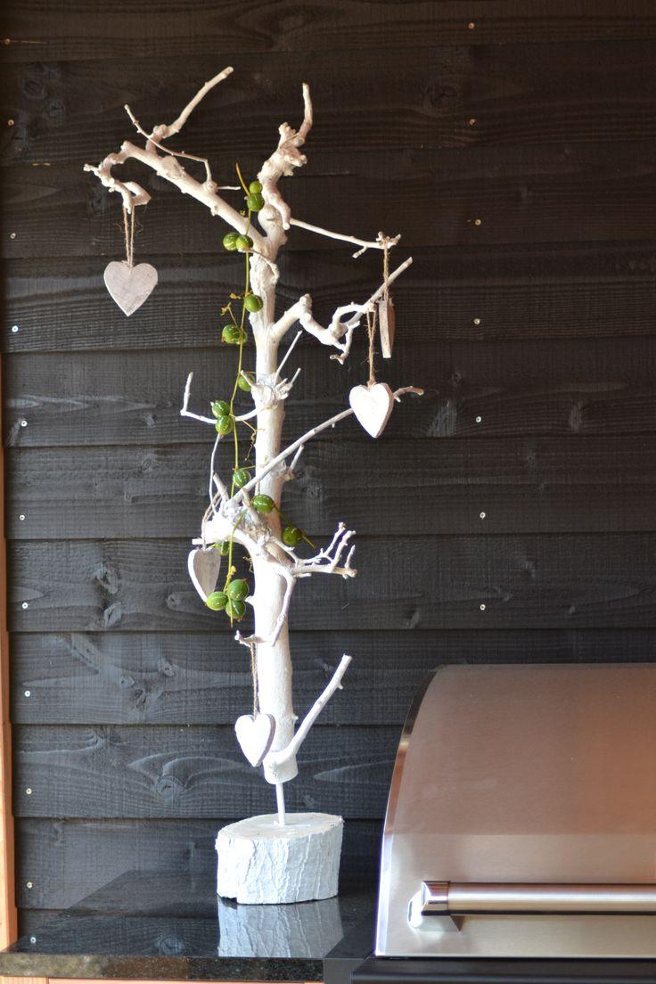 Decoratie boompje, je kunt in plaats van de decoratie hartjes, ook armbandjes er in hangen als sieraden boompje www.decoratietakken.nl