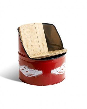 Asiento hecho íntegramente de madera reciclada de palet, tableros tricapa de encofrar y bidones de aceite.