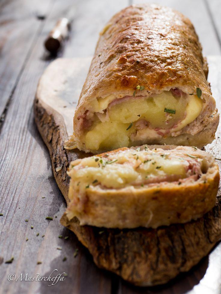 Polpettone di pollo ripieno con purè, prosciutto e formaggi