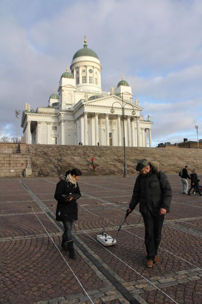 Senaatintorin vanhan kirkkopihan maatutkamittausta. Kuva: Sixten Gustavsson.