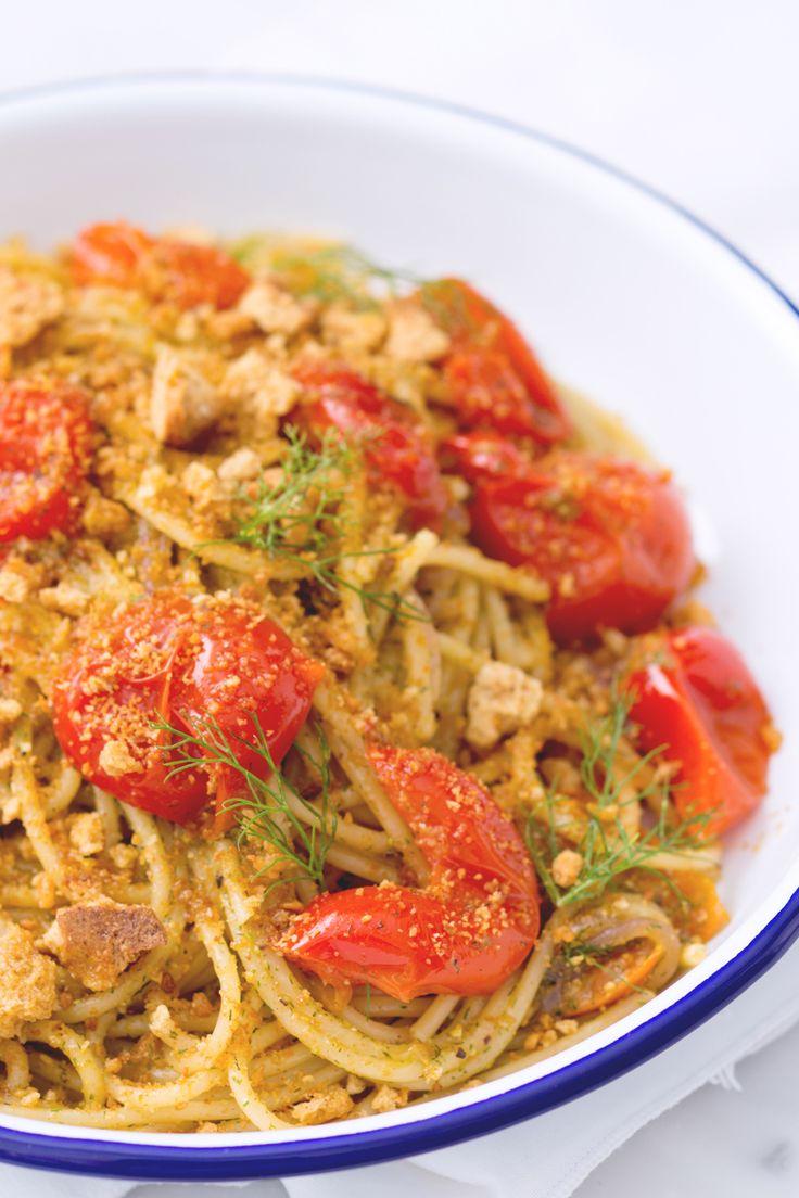 Pasta pomodori e fresella: un primo semplice, appetitoso e dai sapori mediterraneil. [Pasta with cherry tomatoes, fennel pesto and fresella bread]
