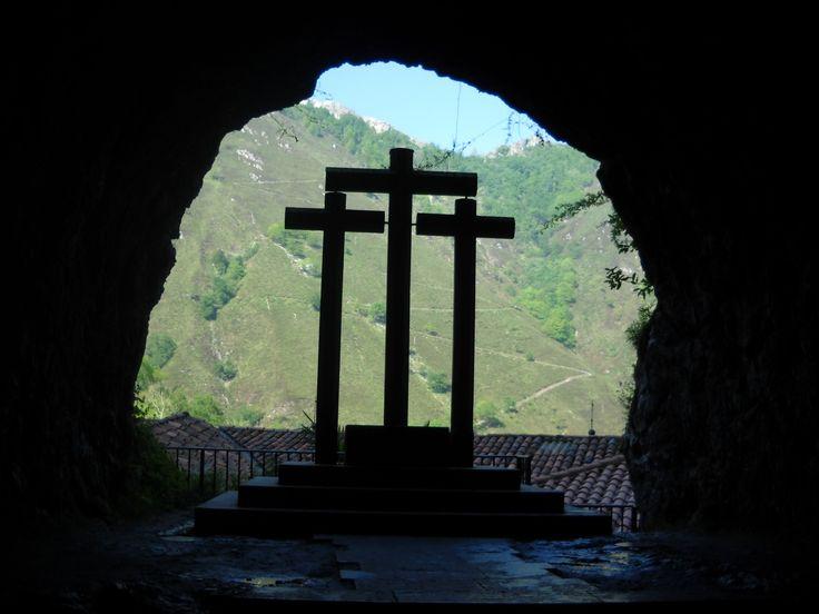 En Cangas de Onís se encuentra el Parque Nacional de los Picos de Europa. Integrada en el parque se encuentra la Basílica de Covadonga y con 12 kilómetros de subida los Lagos de Covadonga: Enol y Ercina.