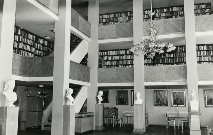 Suomalaisen Kirjallisuuden Seuran kirjastosali 3.6.1957. Kuva: Atte Hyvärinen (SKS, kirjallisuusarkisto).