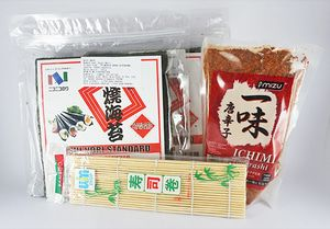 Nico Nori + sushi mat + bubuk cabe - P. Keluarga1 Beli Paket Lebih Praktis isi paket keluarga1: - 2 nico nori 50 lembar - 1 Sushi mat/ gulungan sushi 24 cm x 24 cm - 1 Bubuk cabe ichimi togarashi 40gram + FREE 10 pasang sumpit kayu