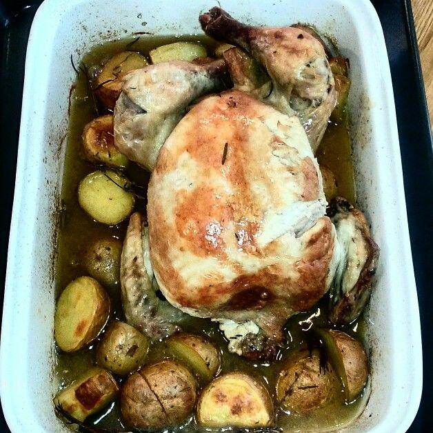 Pollo al horno con patatas, cebolla y romero