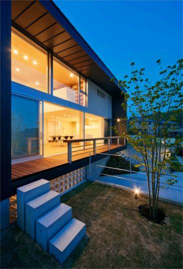 道路よりも少し高い位置にあるプライベートガーデンは、ステップを更に上ればデッキテラスとも繋がっていて、コンパクトながらも充実した屋外空間が確保されています。手摺の天端はテーブルとしても利用できるように、カウンター形状にデザインされています。(撮影:福澤昭嘉)この写真「屋外空間の夕景」はfeve casa の参加工務店...