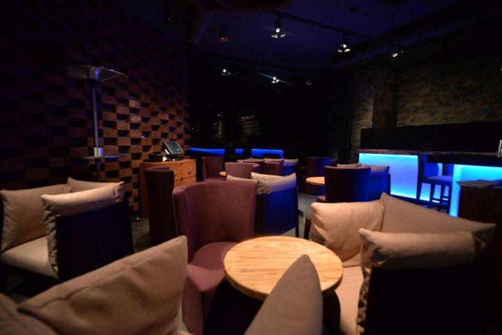 Мягкие кресла в интерьере ресторана японской кухни