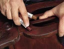 Arregla los desperfectos en tus muebles. Con los productos que encontrarás en tiendas de bricolaje  -rotuladores y ceras de retoque, masilla para madera- no se notarán nada de nada. En reciclatusmuebles.wordpress.com