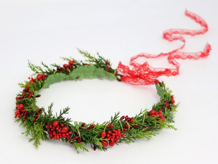 Wyjątkowy, świąteczny wianek ślubny - w sam raz na ślub, a także sesję ślubną w zimowej scenerii! :)  Wianek dostępny w sklepie internetowym Madame Allure.