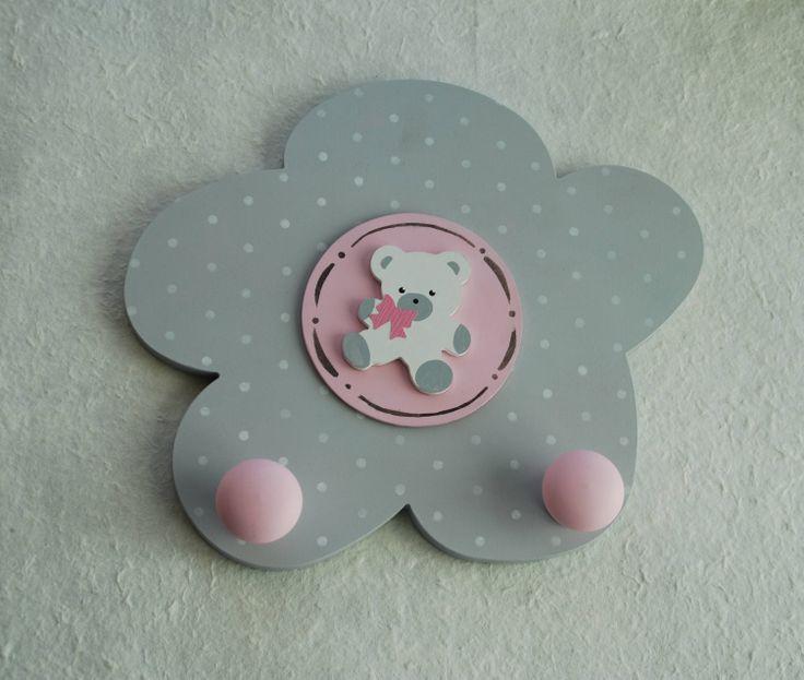 Perchero de dos pomos de la colección Margarita en rosa de Picafusta.  http://afanderivera.wordpress.com/productos-2/picafusta/