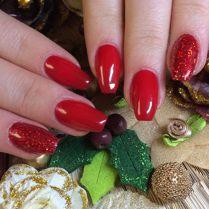I'm not going to lie, I think these #naturalnails are simply gorgeous. Using Hand & Nail Harmony #polygel to protect them finished with #whoknowsrudolph from NailHarmonyUK/Gelish with added glitter accent. These provide a beautiful result perfect for Christmas.