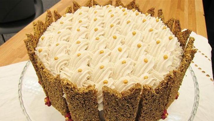 """Ugens mesterbager i """"Den store bagedyst"""" blev sønderjyden Katja, der sluttede programmet af med at bage rugbrødslagkage. Her får du opskriften på den flotte rugbrødslagkage med solbær- og hvid chokolademousse"""