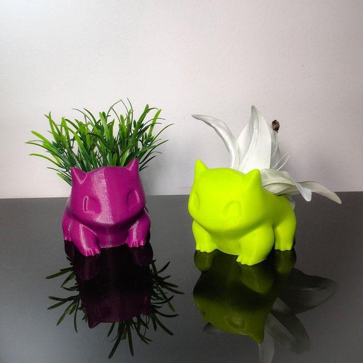PRAZO DE POSTAGEM - ATÉ 4 DIAS ÚTEIS Bulbasaur Vase* 2 Vasos de Bulbassauro Peso: 70 gramas (cada) Tamanho: 7,5 cm (altura) 6,5cm(largura) 9 cm (Profundidade) [cada] Cores: Branco, Preto, Azul, Rosa, Vermelho, Amarelo, Verde, Azul Tiffany, Prata, Dourado, Roxo. Material: PLA (Plástico Biodegradável) * não acompanha a plantinha Cuidados e Conservação: •Esse produto foi feito através de uma impressora 3D com PLA, um plástico biodegradável que não agride o meio ambiente e finalizado de forma…