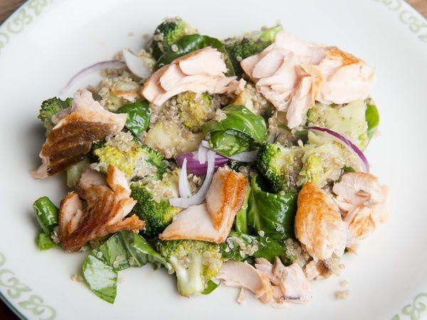 Simpele quinoa salade met broccoli, spinazie en zalm