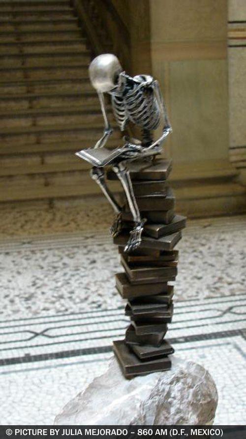"""Esculturas extraordinarias por Saúl Hernández (Guadalajara, Jalisco, México). Los """"208 OSEOsidades"""" es una colección de 21 esculturas de bronce de 21 centímetros de altura. Él usa la representación más común de muerte que es el esqueleto humano en una proporción 1: 8 réplica a escala de un esqueleto real. Imagen de Julia Mejorado"""