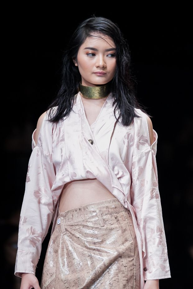 Indonesian woman performing #fashion #Indonesianfashion #style http://livestream.com/livestreamasia