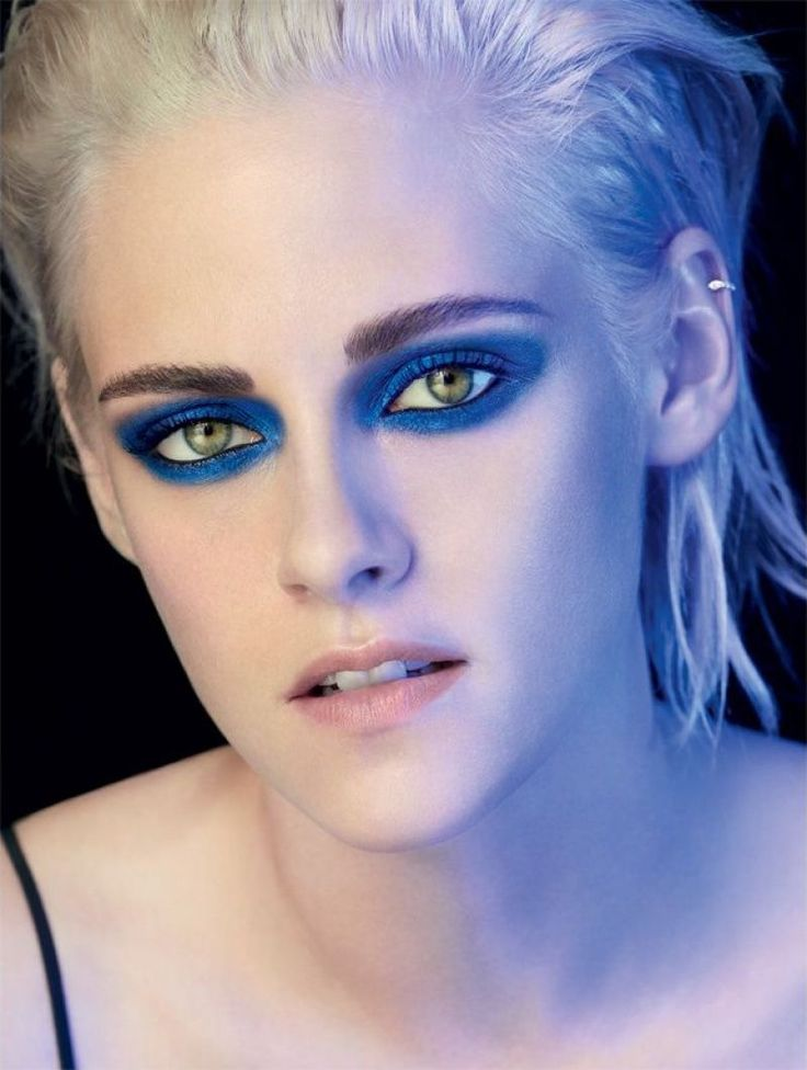 Actress Kristen Stewart is back for a brand new Chanel campaign. An ambassador for the brand since 2014, the 26-year-old stars in the Chanel Ombre Premiere Eyes advertisements. Kristen is ready for her closeup in three bold makeup looks. From graphic blue eyeshadow to bronzy brown, Kristen's green eyes really pop in these glamorous shots. …