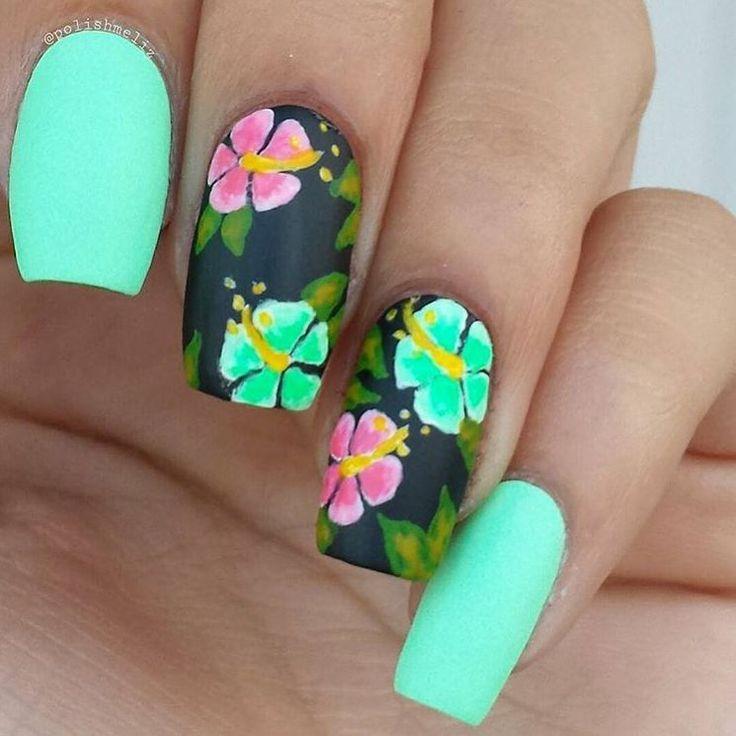 Unha verde água com flores