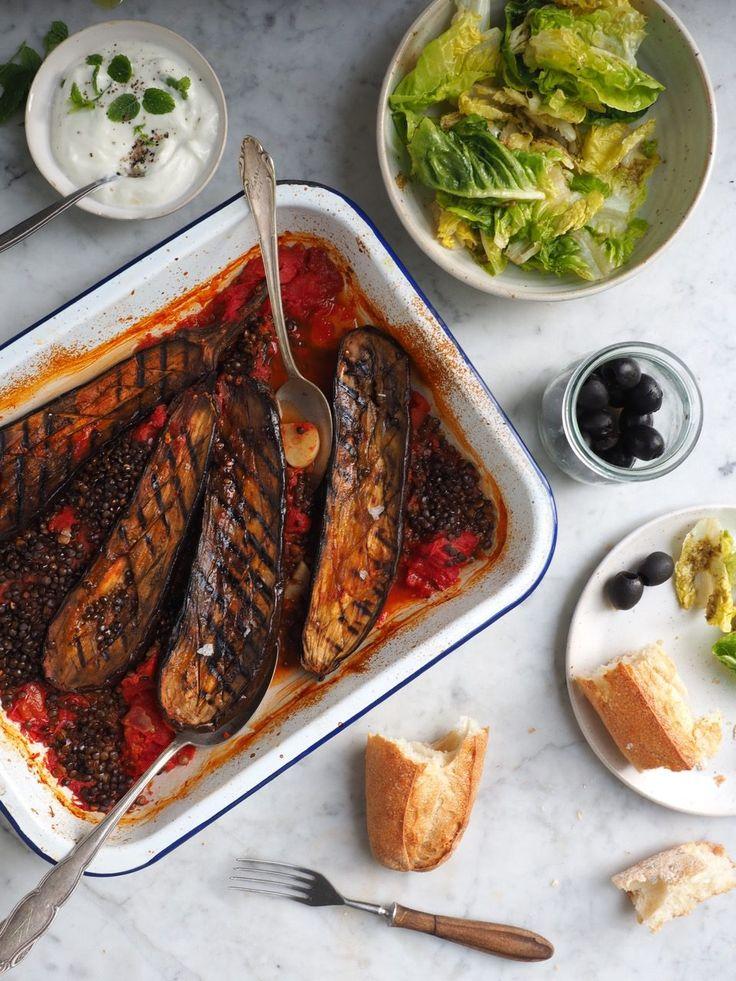 Bakłażany pieczone z pomidorami i czarną soczewicą