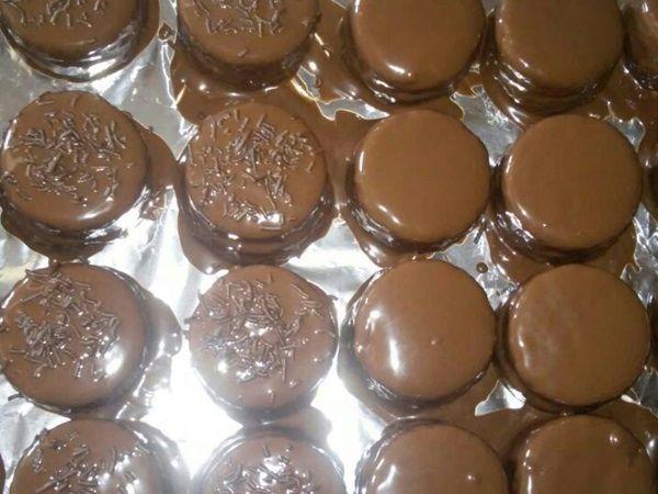 Pão de mel  Ingredientes Massa: 2 xícaras de farinha de farinha de trigo 1 colher de chocolate em pó 50% cacau 4 colheres de mel 300 ml de leite morno 1 colher (sopa) rasa de bicarbonato de sódio 1 colher (chá) de cravo e canela em pó 1 copo americano de açúcar Recheio e cobertura: Uso doce de leite ou brigadeiro pra rechear. Para cobrir 700 g de chocolate fracionado meio amargo derretido no micro-ondas ou banho-maria. O ideal que o chocolate esteja em temperatura ambiente ou no máx