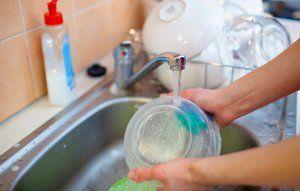 Hvor meget koster det at vaske op under en løbende vandhane?