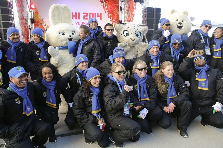 Delegação brasileira é recepcionada por mascotes na cidade de Sochi, na Rússia, dias antes do início dos Jogos Olímpicos de Inverno de 2014 - http://epoca.globo.com/tempo/fotos/2014/02/fotos-do-dia-4-de-fevereiro-de-2014.html (Foto: AP Photo/Jae C. Hong)