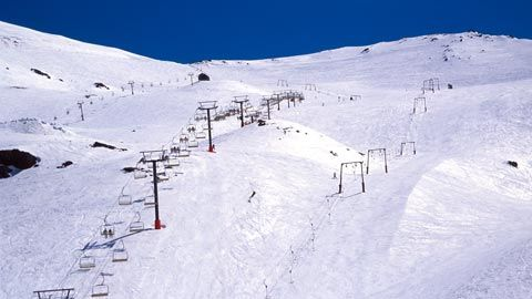 NL. Uitzicht over het hoofdskigebied van Mount Hutt FR. Vue sur le domaine principal skiable de Mount hutt. DE. Aussicht auf dem Hauptskigebiet Mount Hutt. EN. View of Mount Hutt's main ski field