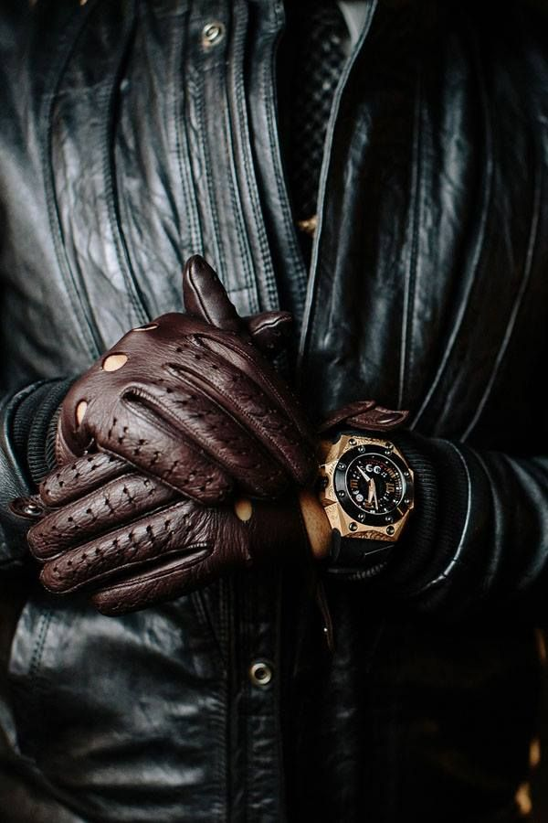 Clásico: Chaqueta negra, guantes de conducir en café y reloj.