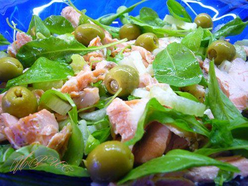 Теплый салат с паровой семгой и руколой