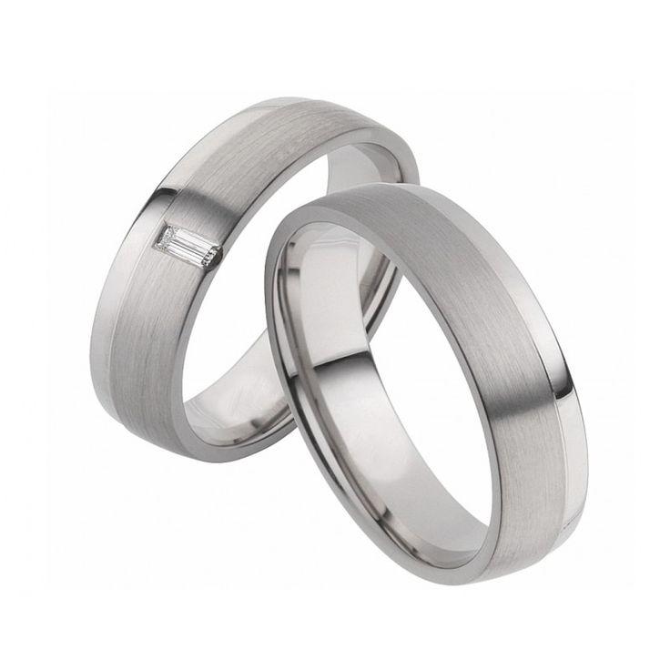 Wunderschöne Ringe aus Weissgold. Die Ringe beeindrucken durch ihre längsmattierte Oberfläche. Ein absoluter Blickfang ist der schmale hochglanzpolierte Randsreifen. In dem Damenring ist ein herrlich strahlender Brillant eingefasst.
