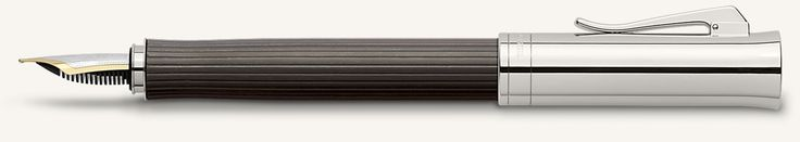 Der Stil der Serie Intuition Platino Holz verbindet auf wundervolle Art die natürliche, warme Ausstrahlung des Holzes mit der kühlen Eleganz platinierter Oberflächen. Umso außergewöhnlicher ist der aus einem Stück gefertigte kannelierte Schaft, dessen leicht geschwungene Griffmulde ihn sehr angenehm in der Hand liegen lässt. Die Kappe mit  gefedertem Clip ziert das gräfliche Wappen. Der Füllfederhalter ist mit einer von Hand eingeschriebenen18-Karat Bicolor Goldfeder im Magnumformat ...
