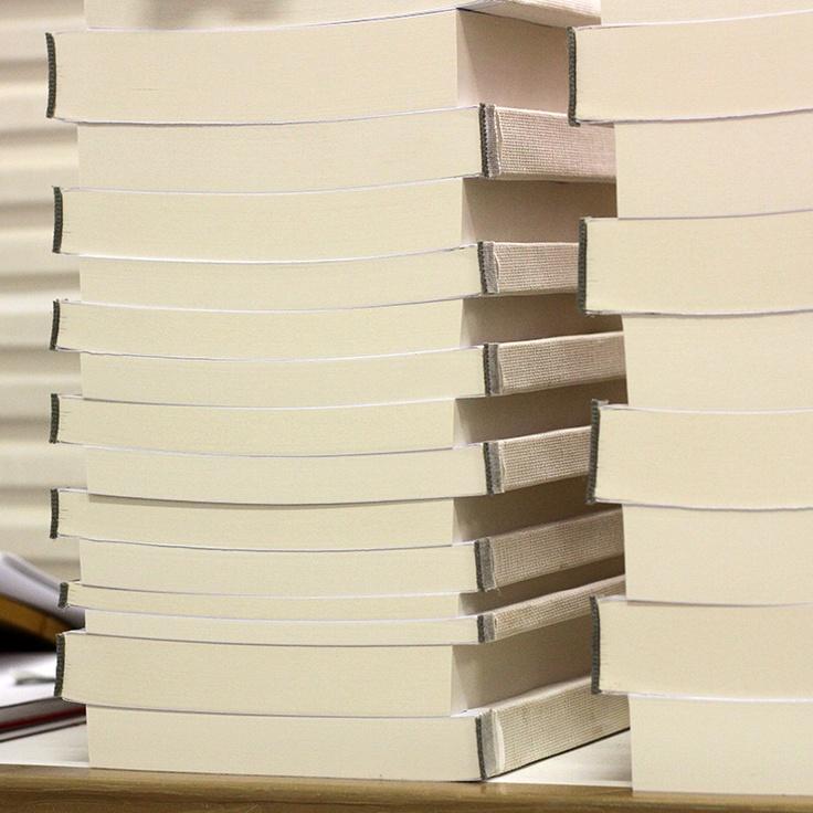 Il nostro reparto #allestimento ci regala sempre spunti fotografici interessanti. Qui troviamo pile e pile di #libri in attesa delle loro #copertine