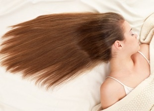 Per contrastare la perdita dei capelli, durante il lavaggio non bisogna mai usare shampoo troppo aggressivi. È molto utile, poi, massaggiare per cinque minuti il cuoio capelluto effettuando dei lievi movimenti circolari, operazione che permette di riattivare la circolazione con un conseguente rinforzo della capigliatura.