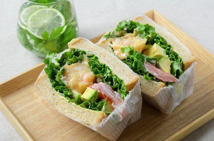 お子様のお弁当に欠かせないサンドイッチ。  持ち運びしやすく、食べやすくするのに欠かせないのはペーパーワックス。  コレならジャムやマヨネーズが飛び出しても安心♪