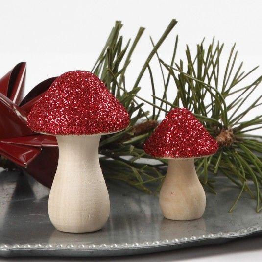 Dekoreret paddehat af træ med rødt glimmer limet på hatten. Jule DIY til din juledekoration eller anden julepynt.